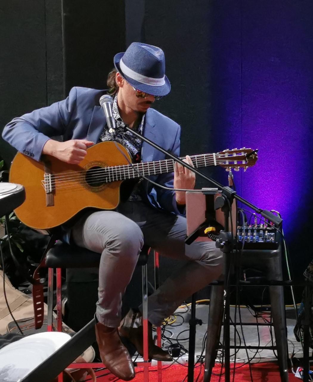 Ricky de Medeiros solo guitar performance